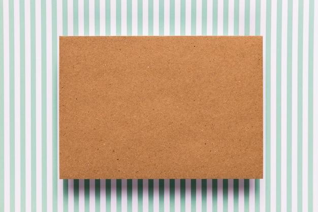 Vintage karton z pasiastym tłem