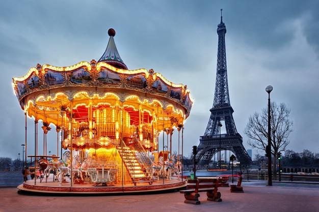 Vintage karuzela w pobliżu wieży eiffla w paryżu