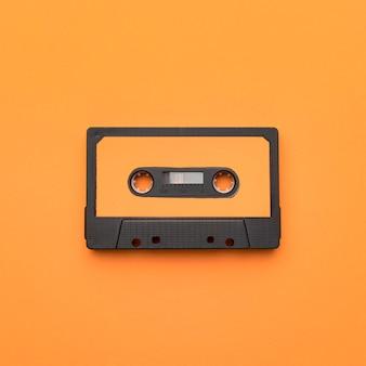Vintage kaseta magnetofonowa na pomarańczowym tle