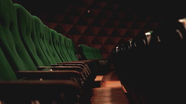 Vintage kino kino kino widzowie retro miejsca siedzące, zielone i brązowe, nikt