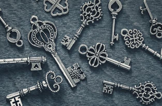 Vintage klucze na szarym tle drewna