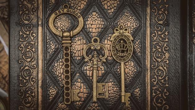 Vintage klucze szkieletowe na książce