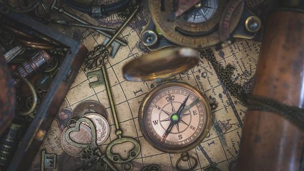 Vintage kompas na starożytnej mapie świata