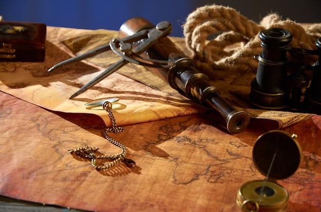Vintage kompas z haniebną trąbką i materiałem leżącym na mapie