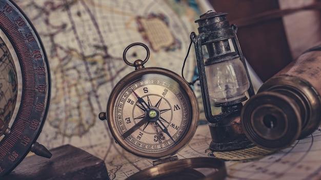 Vintage kompas ze starą kolekcją piratów