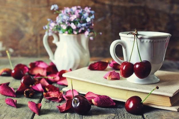 Vintage kompozycja wiśniowa jagoda na drewnianym tle