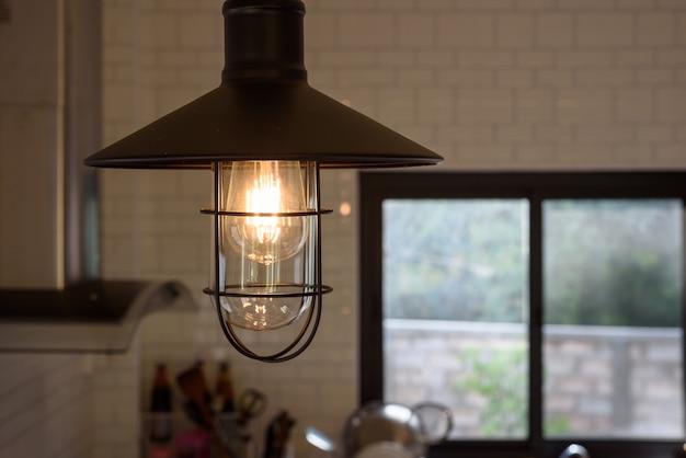 Vintage lampa dekoracyjna w pokoju kuchennym w moim domu.