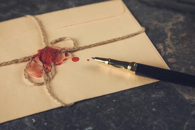 Vintage litery i długopis na stole