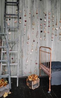 Vintage loftowe wnętrze sypialni z dekoracjami w ciemnych kolorach w starym stylu