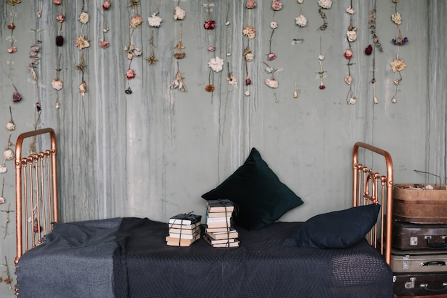 Vintage loftowe wnętrze sypialni z dekoracjami
