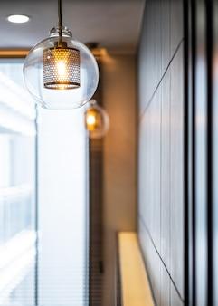 Vintage luksusowa osłona lampy oświetlenia wnętrza z brązową płytą i przezroczystą szklaną żarówką do wystroju domu.