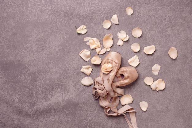 Vintage martwa natura z różami i baletami