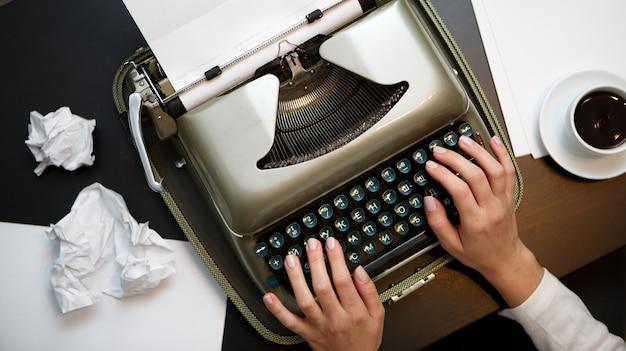 Vintage maszyna do pisania i biały papier
