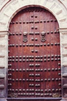 Vintage metalowe drzwi w stylu retro