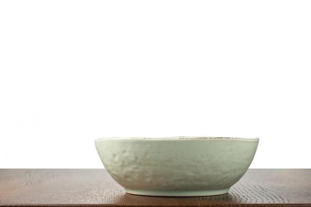 Vintage miska na stole na białym tle