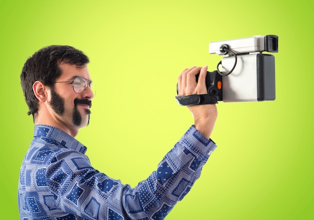 Vintage młody człowiek filmowanie
