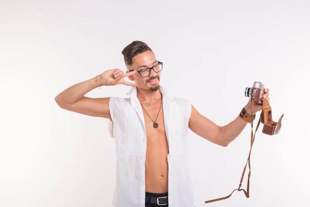 Vintage, modelowanie, koncepcja ludzi - młody człowiek co selfie aparatem retro