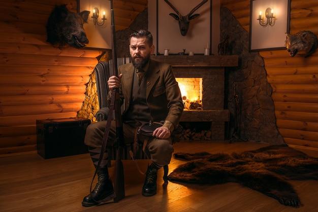 Vintage myśliwy człowiek w tradycyjnej odzieży myśliwskiej
