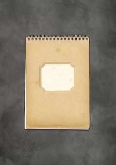 Vintage notatnik blisko spirali, brązowa okładka papieru, na białym tle na betonie