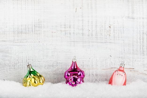 Vintage ozdoby świąteczne w śniegu na drewnianym tle