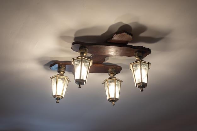 Vintage połysk z ozdobnymi lampionami wisi na suficie