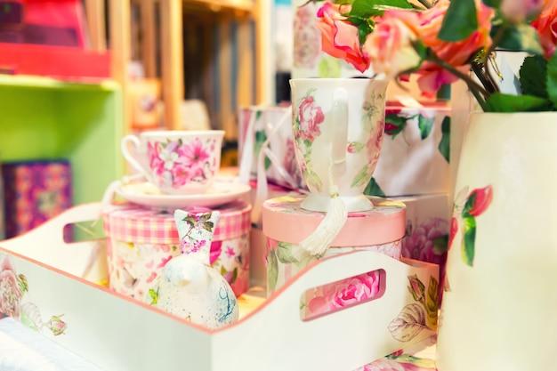 Vintage porcelanowy zestaw do herbaty na stole