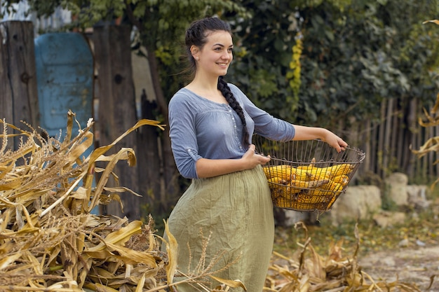 Vintage portret seksownej dziewczyny z kukurydzą, koncepcja zbiorów wiejskich