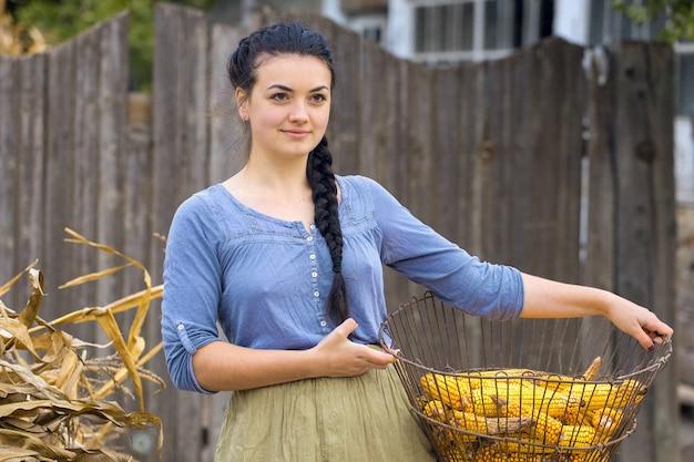 Vintage portret seksownej dziewczyny z kukurydzą, koncepcja zbioru wiejskiego