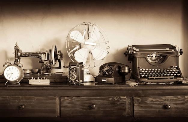 Vintage przedmioty na komodzie