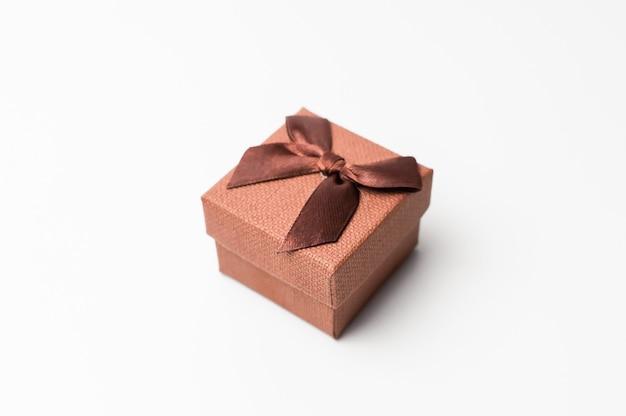 Vintage pudełko z brązową wstążką