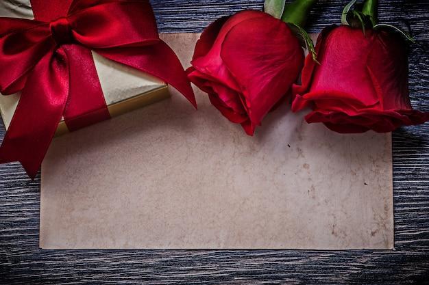 Vintage pudełko z czystego papieru czerwone kwitnące róże zapakowane