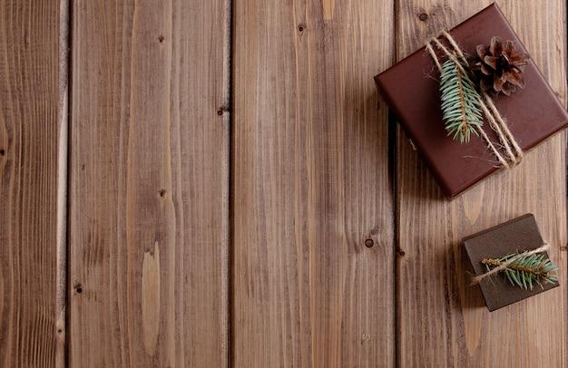 Vintage pudełko z kokardą na drewnianej przestrzeni kopii