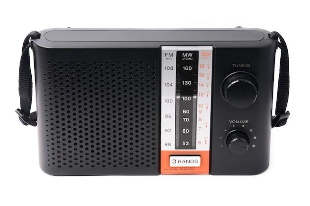 Vintage radio do słuchania programów radiowych na białym tle