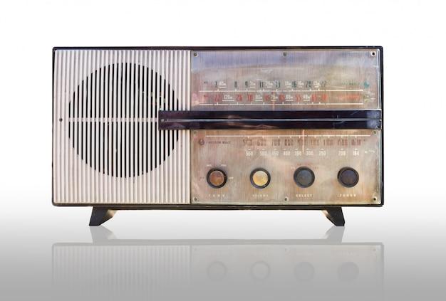Vintage radio na białym tle