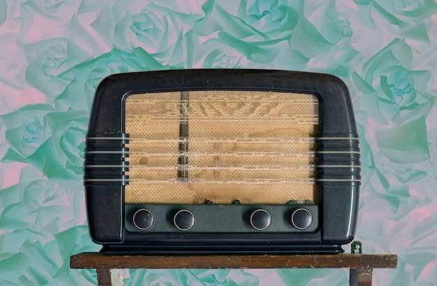 Vintage radio ponad tapety w stylu retro