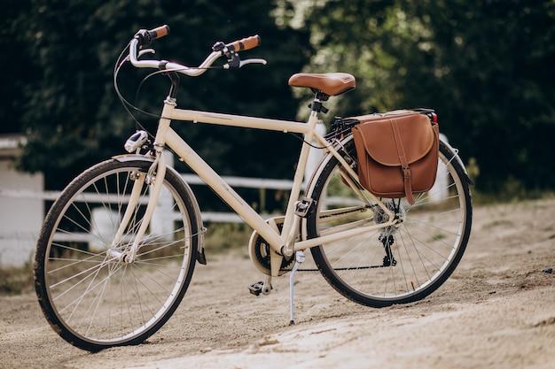 Vintage rower sam stojąc na piasku