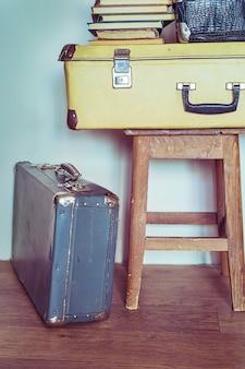 Vintage skład ze starych książek, walizki i taboret. pastelowe kolory