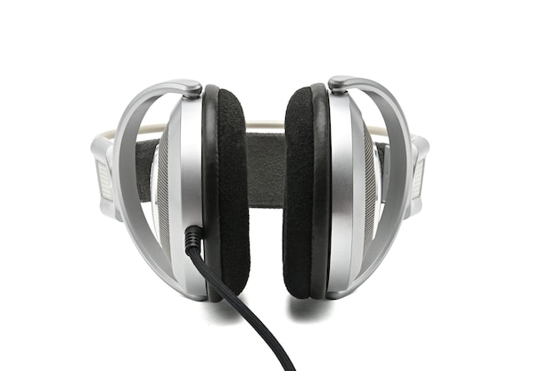 Vintage słuchawki do słuchania dźwięku i muzyki na białym tle