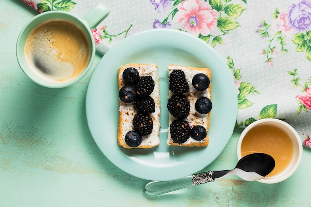 Vintage śniadanie z dzikimi jagodami