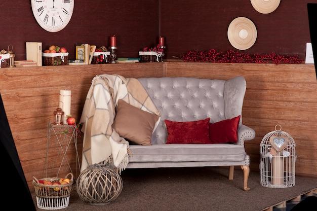 Vintage sofa w pięknym pokoju