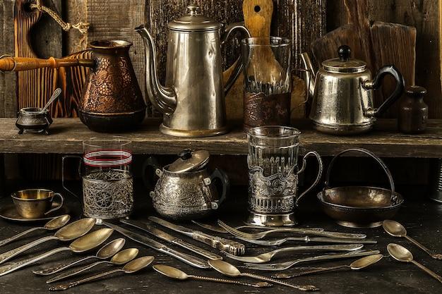 Vintage srebrne sztućce na ciemnym tle rustykalnym