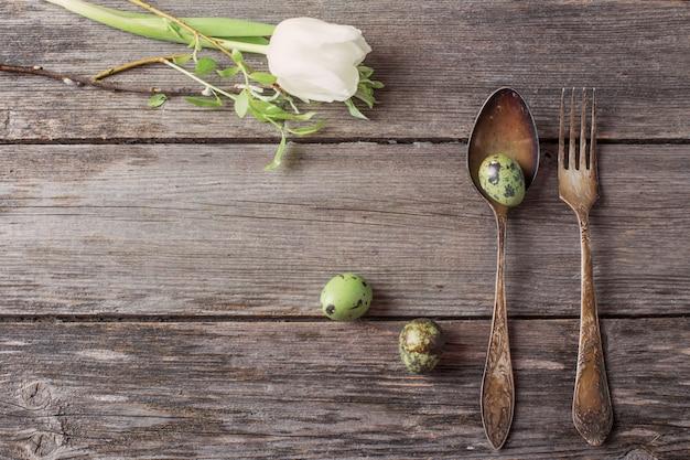 Vintage srebrne widelec i łyżka z pisanki na starym drewnianym stole