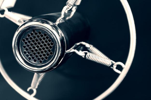 Vintage stary okrągły studyjny mikrofon głosowy