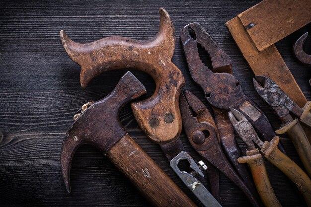 Vintage stolarzy narzędzia na ciemnym stole