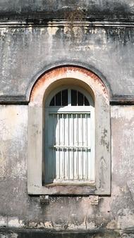 Vintage styl łukowych ram okiennych