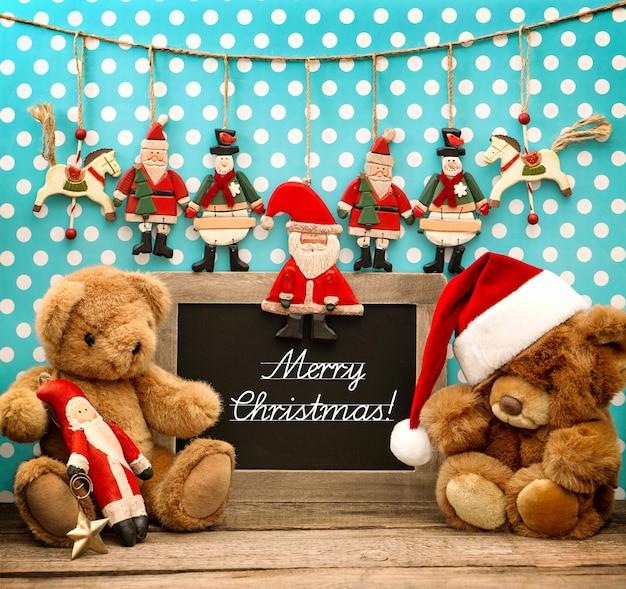 Vintage świąteczne dekoracje z zabytkowymi zabawkami. stonowany obraz w stylu retro. tablica z przykładowym tekstem wesołych świąt