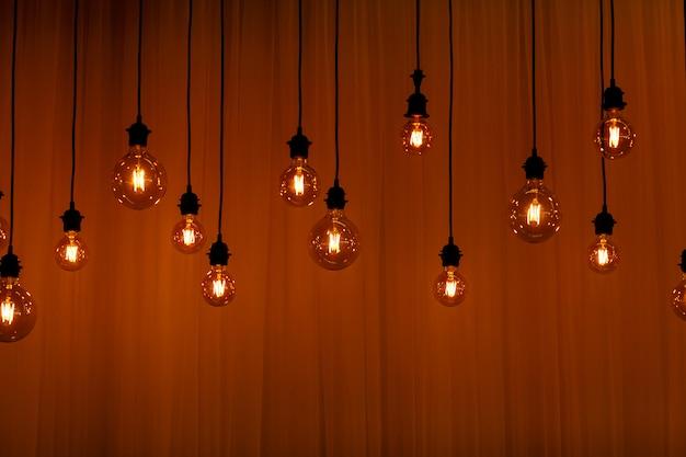 Vintage światła żarówki w stylu retro. tło dla wygaszacza ekranu.