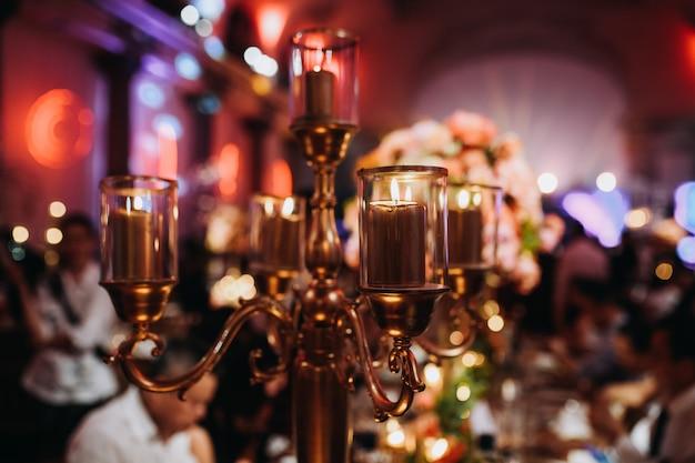 Vintage świecznik na świątecznym stole
