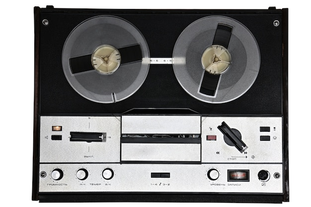 Vintage szpula do szpuli magnetofon na na białym tle. magnetofon retro z zsrr