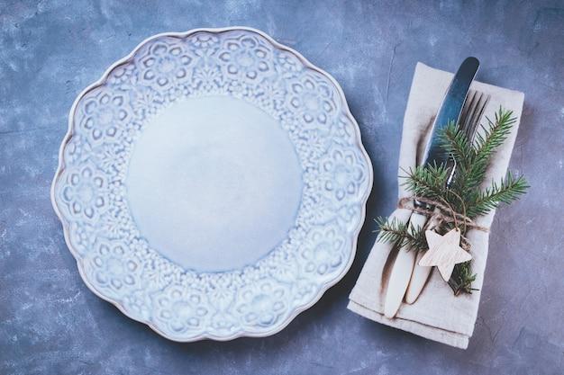 Vintage sztućce i pusty niebieski talerz